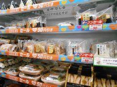 ヤッパ弁当サンドイッチが各50円引きは嬉しかねぇ()v  福岡鳥飼3丁目店のファミリーマートのリニューアルオープンだよ29日までやっているから近くの人はGO tags[福岡県]
