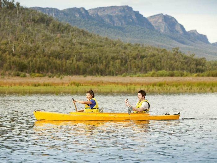 perdre du poids rapidement, canoë jaune, gilets de sauvetage jaune, t shirt violet femme
