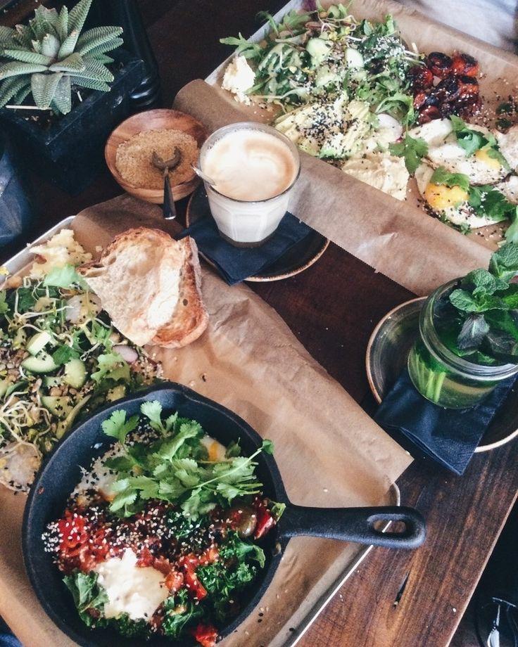 """Ein kleines, süßes Cafe in Kreuzberg. Der perfekte Spot für ein gemütliches Frühstück oder Brunch mit Freunden. Es stimmt was die Leute über Berlin sagen: Man hängt in seinem Kiez fest. Ich hätte nie gedacht, dass ich dem Ganzen so verfallen würde. Das """"Roamers"""" liefert nur einen weiteren triftigen Grund meine Lieblings-Hood nie mehr zu verlassen."""