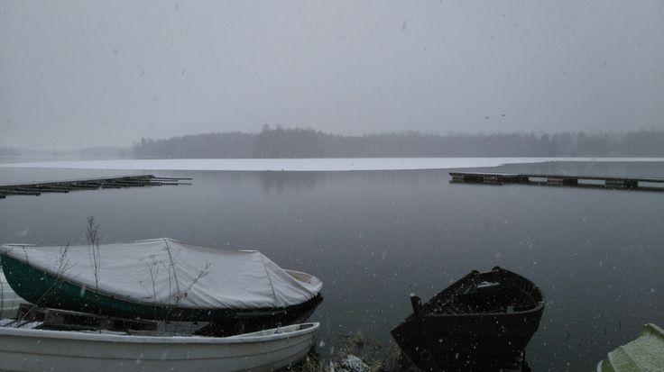 Kevät keikkuen tulevi. Kangasalan Vesijärvi. Spring, raining and snowing at the same time, melting ice.