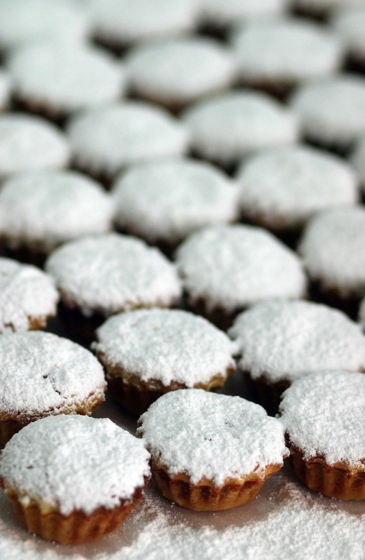 Azorean food: Dona Amelia on Terceira Island is baked with eggs, molasses, cinnamon and corn flour, then topped with powdered sugar. This pastry commemorates the official visit by Queen Dona Amelia to Terceira with King D. Carlos in 1901.