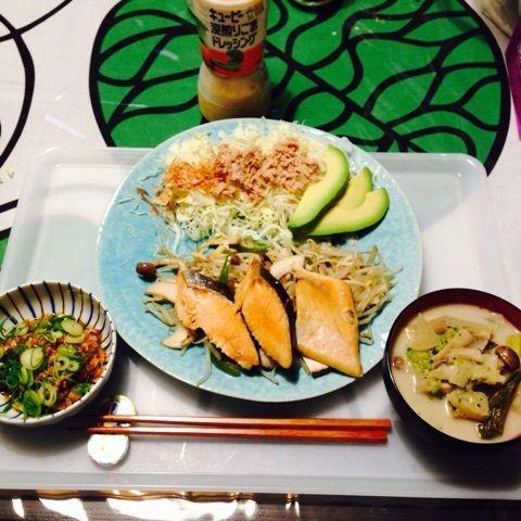 夕:鮭と野菜の蒸し焼き(もやし・ピーマン・シメジ・エリンギ)食べきれず2切れにしました。       サラダ(キャベツ・シーチキン・アボカド)       納豆       豆乳スープ(無調整ではないため具だけ食べました)