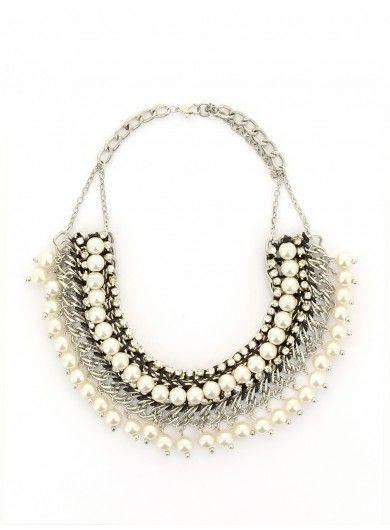 Collier plastron orné de perles nacrées blanches
