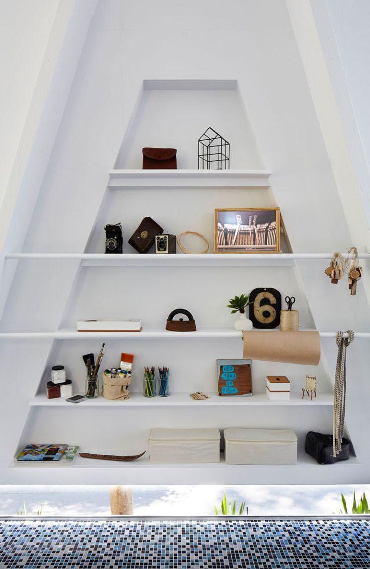 Белый интерьер офиса: стеллаж в форме трапеции