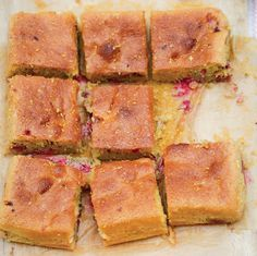 """Dit heerlijke recept voor een warme frambozencake met citroen komt uit het nieuwste boek van Nigella Lawson: Simply Nigella. Nigella: """"Deze cake is zowel zuivel- als glutenvrij. Maar als je een ouderwetse cakesmaak wilt, kun je hem maken met 200 gram zachte ongezouten boter (plus wat extra om de taartvorm in te vetten), die je schuimig klopt met …"""