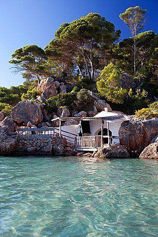 Villa al borde del Mar Mediterráneo en la isla de Menorca. (Islas Baleares). España.