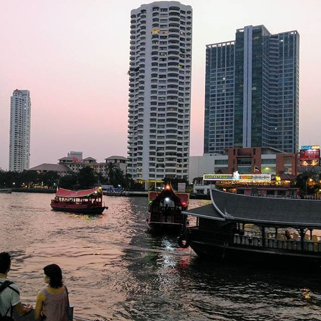 Traffic jam at the Chao Phraya river. Or actually the river itself is not congested, but the piers are. The most of the riverside hotels have their own shuttle boat, which is an easy connection to Sky Train station Saphan Taksin. #chaophrayariver #bangkok #bangkoksky #thailand #river #riverside #traffic #hot #cityphoto #city #hotel #travelblogger #timokiviluoma