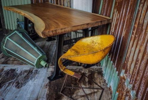 unieke boomstam tafel, eettafel gemaakt uit 1 stuk hout, wood tree tabele robuuste tafel uit teak suarhout, kom naar de showroom en kies uw eigen blad uit, mvgr rob
