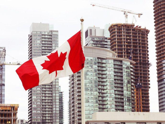 Bandeira do Canadá em meio aos edifícios em Vancouver