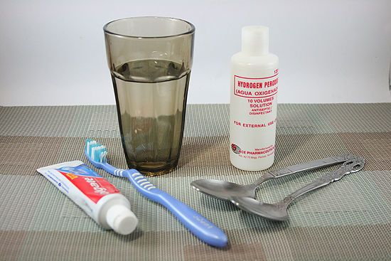 Pour about 2 tablespoons (30 milliliters) of the antiseptic into your mouth, and swish it around for 1 minute. The solution will begin to foam; this is how you know it is working. The hydrogen peroxide combined with oral bacteria cause bubbles to form in your mouth. Spit out the solution, and rinse your mouth with water. Brush your teeth as you normally would.
