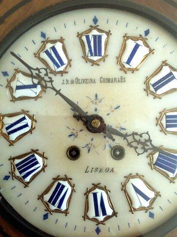 RELOGIO DE CORDA, DE PAREDE.   125 € Ref: 244164950 Particular  OFERTA - Relojes en Málaga (MALAGA)    Relogio de corda, de parede. J. R. de Oliveira Guimaraes. LISBOA. en SUBASTA: https: //www. todocoleccion. net/relojes-antiguos-pared/relogio-corda-parede~x98768475 Está trabajando. Con llave y pendulo. Los números paran ser en procelana. Las incrustaciones parecen ser en madreperola. 1943 62 x 49 x 14 cm