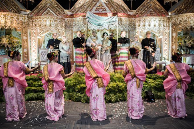 Dalam pernikahan tradisional, busana adat tak hanya dikenakan pasangan pengantin dan keluarganya, tetapi juga pengisi acara dalam prosesi pernikahan tersebut. Seperti para penari dalam pernikahan adat Bugis Makassar Sulawesi Selatan ini.
