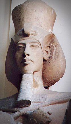 Escultura en bulto de Akenhaten.