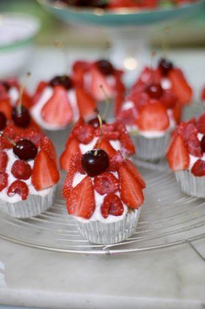 Mazarincupcakes med färska bär / Bakverk ~ Recept | Leila Lindholm (leila.se)