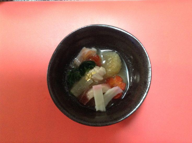 わんこのミニお雑煮 お餅は、菊芋で作った菊芋餅。 雑煮のつゆは鶏肉のスープ。 お野菜は、赤人参と大根とほうれん草。大きいのが食べにくいおチビには、隠し包丁で食べやすく。 真ん中に金粉を飾って出来上がり!