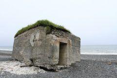 広尾郡大樹町に独特の雰囲気を醸し出す旭浜のトーチカ群がありますこれは戦争遺産としていまだこの旭浜に存在しています 第二次世界大戦時の砦としてアメリカ軍の上陸を対策して建てられたものですが当時使われることはなく戦後70年が経ついまでもこの場所に残っています かなり分かりづらい場所ですが歴史の空しさを感じる場所です 中には半分程浜に埋まっているトーチカも確認できます 廃墟が好きな方にも人気のスポットなんですよ また風化によりどんどん浸食が進んでいるため中に入ると危険なものなどもありますので気を付けてご覧になってください ぜひ足を運んでみてはいかがでしょうか  #負の遺産 #戦争遺産 #廃墟 #トーチカ #ダークツーリズム #十勝 #海岸  tags[北海道]