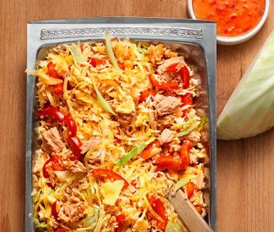 Stekt ris med ägg, tonfisk och sweet chili och frästa grönsaker i sambal oelek är en färgglad och välsmakande rätt ifrån det asiatiska köket.…