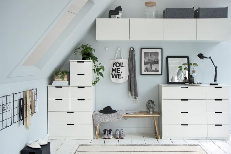Schuin dak oplossing: slaapkamer met lichte kleuren