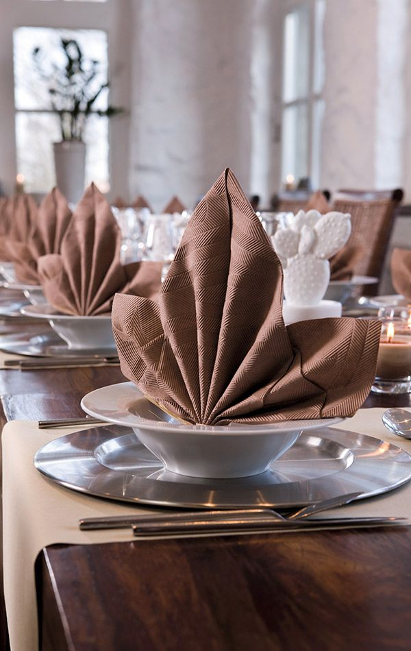 Traditional elegance served with a dash of flair. Duni, elegance napkin in café