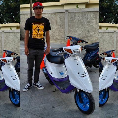 """Una inexplicable pasión"". #CGPhotography #Nikon #Tingola #Asaltante #AndoSóloCon40Pesos #Yamaha #Yamaha4Life #Jog #FineSelection #ArtisticSpec #3KJ #Mi3KJ #iLoveMi3KJ #SimplementeEsPasión #2T #2stroke #Motorcycle #Passola #Scooter #Pasolero #MiniMoto #Motorcycle #Pasola #Collage #Converse #LAC #DeCorazon #Biker #Moto #50cc #PasolaRacing"