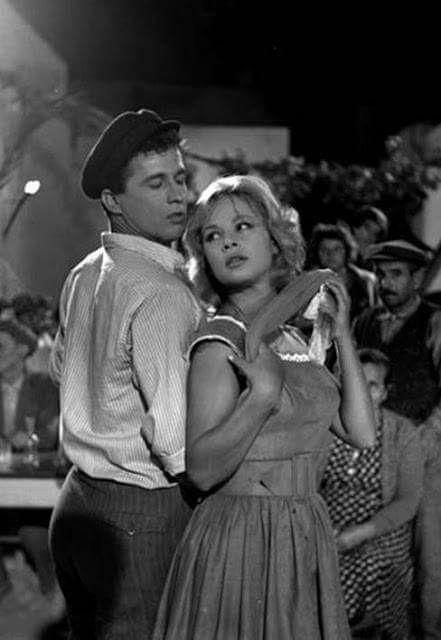 Παπαμιχαηλ - Βουγιουκλακη//μου αρεσει που γραφεται greek movies λες και τους ενοιαξε τους κωλοξενους