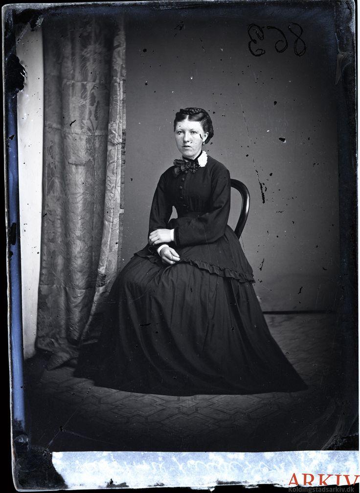 https://flic.kr/p/rn2oCr | 0024 Ane/Anna Kirstine Fallesen, Fovslet | Anne Kjestine Jeppesdatter Fallesen blev født den 31. december 1852 som datter af Jep Jepsen Fallesen og Maria Catharine Olufsdatter Beck. I folketællingen 1870 var hun barnepige på Stenderup Kro, men da moderen døde flyttede hun hjem sammen med søsteren. Hun blev den 5. november 1880 gift med Martin Hansen Tømmerby (billede 529). De flyttede til Gammel Haderslev Sogn og fik sammen 4 børn, som alle dør ganske små. Anne…