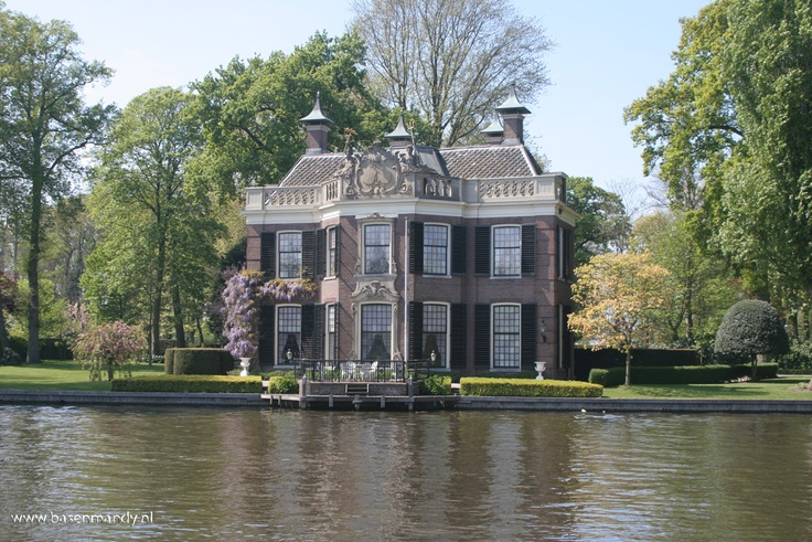 Ideal country house on the river Vecht.