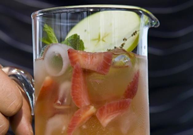 Cocktail de chá gelado com morangos e maçãs verdes