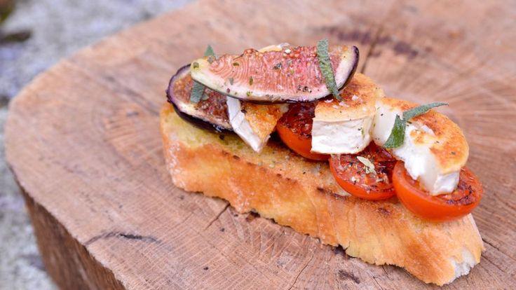 Brusqueta o tosta de tomate tostado, higos y queso de cabra - Pablo Vicari - Receta - Canal Cocina