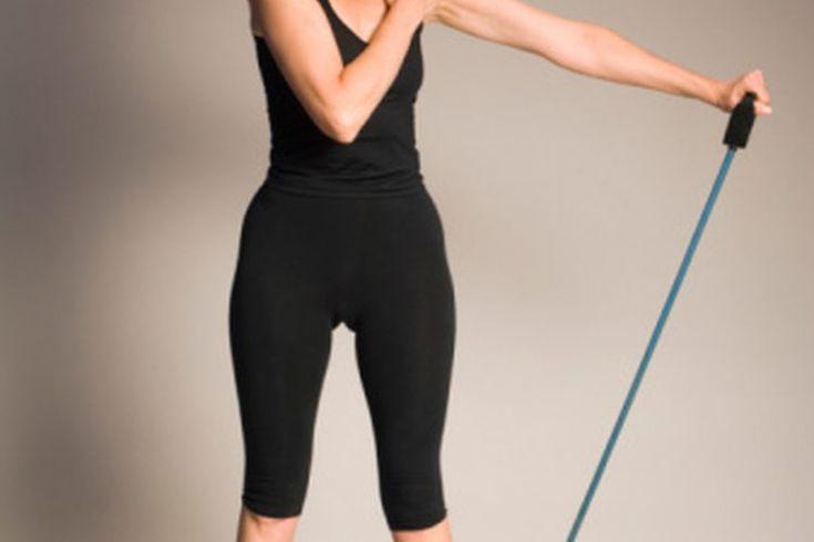 Ejercicios con Theraband para personas mayores . Los ejercicios con Theraband para las personas mayores están diseñados para fortalecer los músculos sin poner demasiada tensión y presión de su cuerpo envejecido. Como resultado, estos ejercicios a menudo implican numerosas repeticiones utilizando ...