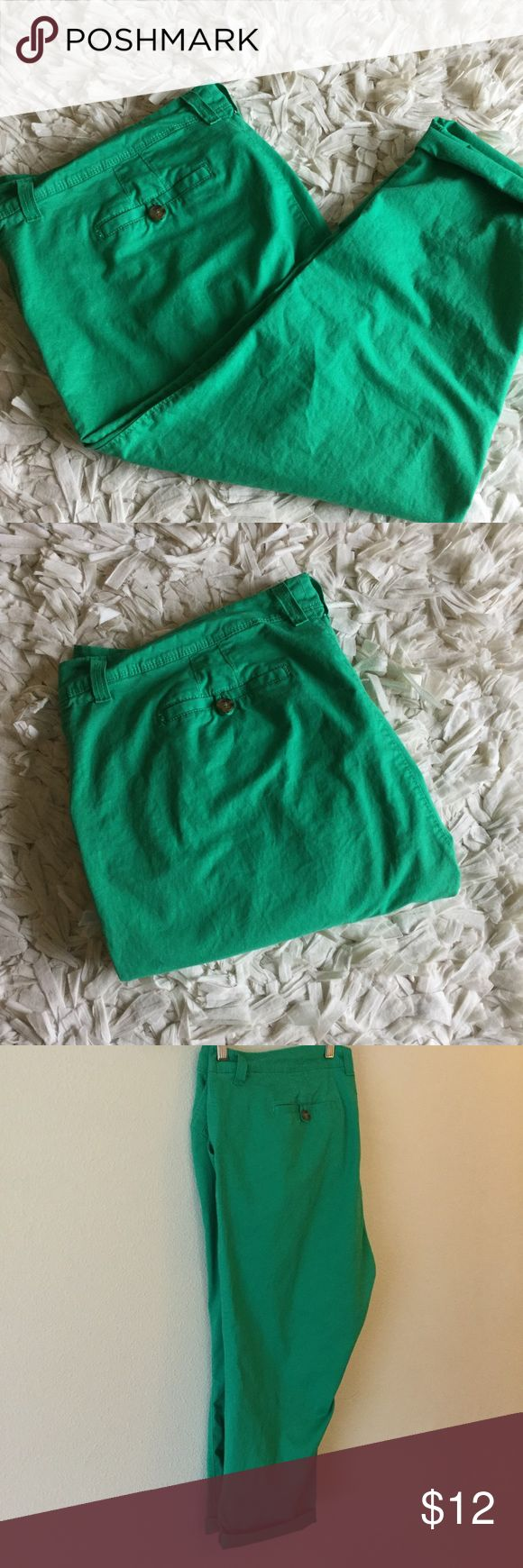 Kelly Green pants Fun Kelly green pants. Button close backs. Bottoms can be rolled up or left down. Perfect for spring. Old Navy Pants Ankle & Cropped