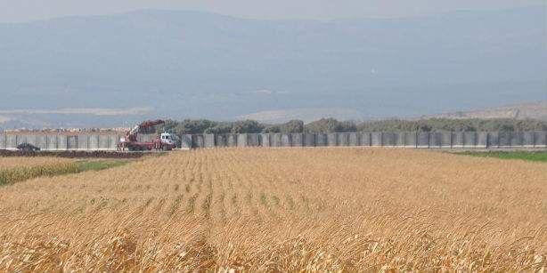 Τείχος στα σύνορα με τη Συρία ύψωσε η Τουρκία: Διακόσια ενενήντα χιλιόμετρα τείχους, από τα συνολικά 511 που έχουν προγραμματισθεί,…