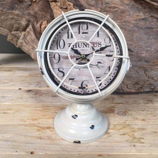 Vintage Λευκό Ρολόι.http://nedashop.gr/Spiti-Diakosmhsh/diakosmhtika-antikeimena/vintage-leyko-roloi-komodinoy