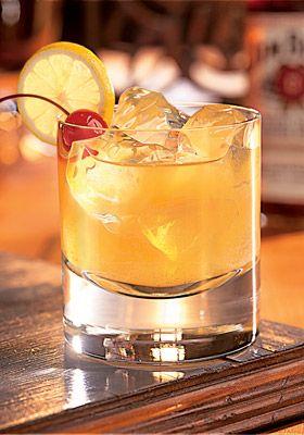 Cocktail Whisky Sour  La recette du Whisky Sour appartient à la famille des sours. Ce terme, qui signifie « aigre », regroupe les short drinks à base de jus de citron et de spiritueux auxquels on ajoute très peu de sucre afin de conserver l'acidité et le caractère astringent de la boisson.  Ingrédients: 5 cl de Bourbon 3 cl de Jus de citron 1 trait(s) de Angostura bitters 1 cl de Sirop de sucre