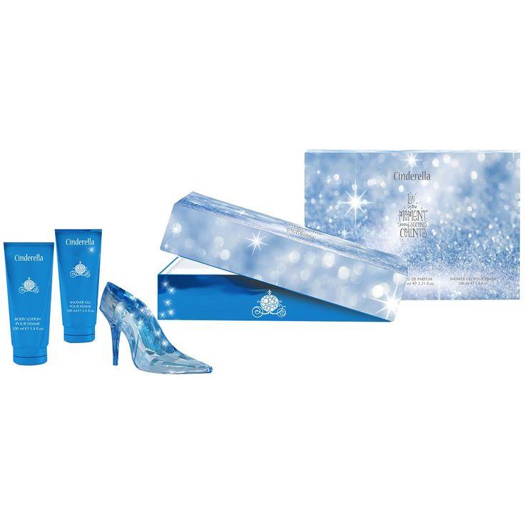 - dreiteiliges Cinderella-Pflegeset bestehend aus einem Eau De Parfum (60 ml), einer Bodylotion (100 ml) und einem Duschgel (100 ml) - das Pflegeset wird in einer Schachtel geliefert, sodass es sich besonders gut als Geschenk eignet - das Parfüm ist einen Flacon gefüllt, der dem gläsernen Schuh von Cinderella nachempfunden ist - der Duft des Parfüms ist zart-fruchtig - Kopfnote: Neroliöl, Himbeere und Tangerine - Herznote: Jasmin und Orangenblüte - Basisnote: Marshmallow, Vanille, Heliotrop…