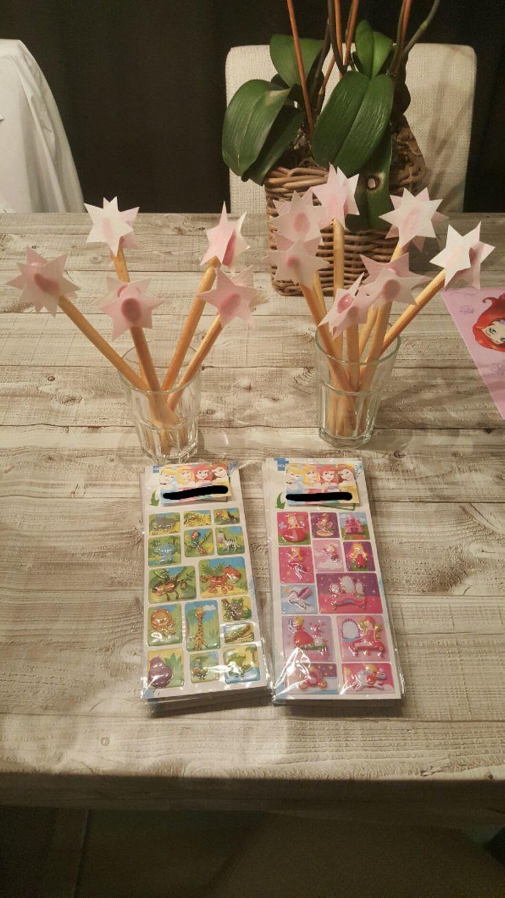 Traktatie kinderdagverblijf. Soepstengels met roze glazuur en eetpapier sterren, stickervel erbij en klaar!
