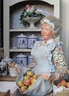 I rarely like miniature dolls... unless they look like this! (always intend to make my house look like nobody's home)