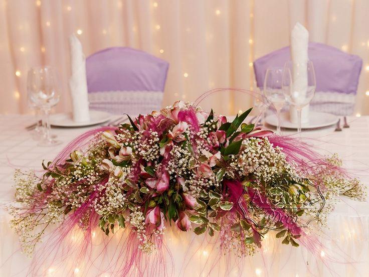 Центральная цветочная композиция на стола молодожен