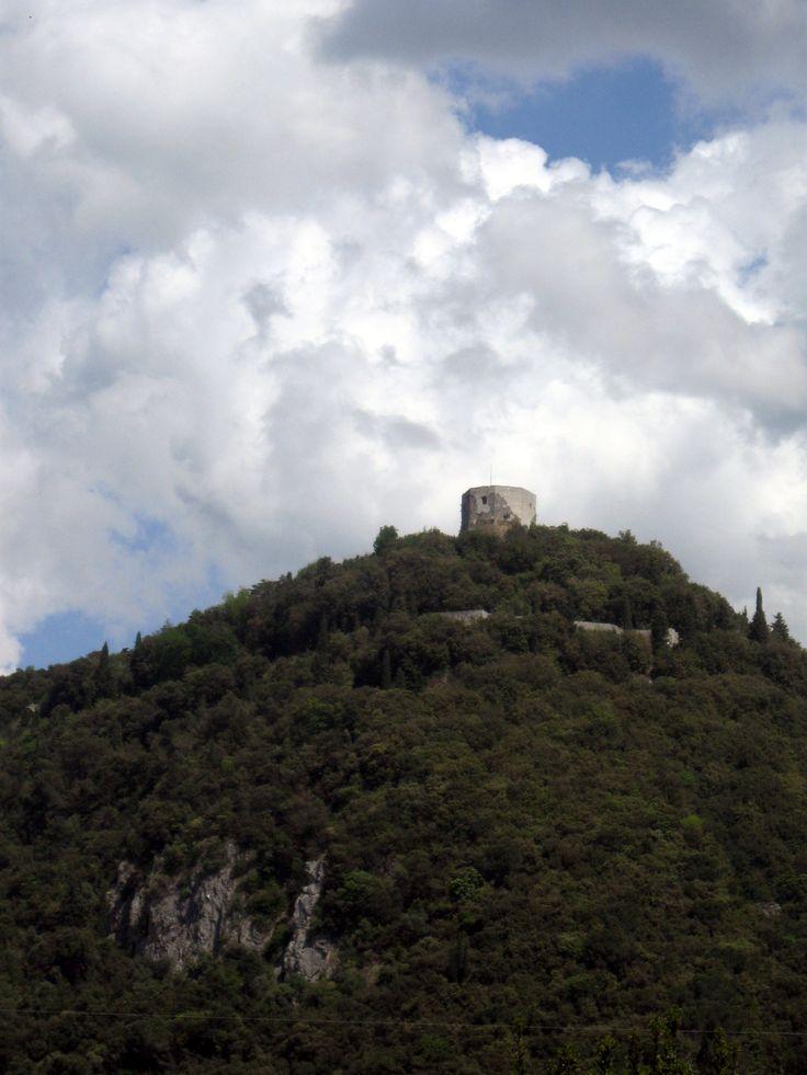 Siamo a Montignoso a pochi chilometri da Massa Carrara. Già dalla strada che corre nella valle s'intuisce la struttura possente del mastio ottagonale della roccaforte più antica della Lunigiana che…