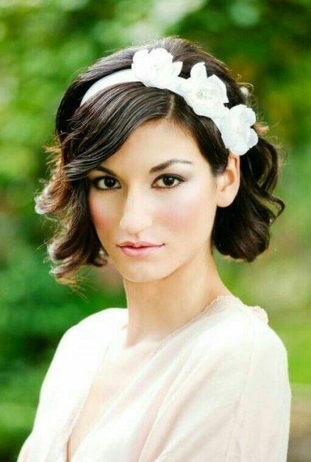 Per le spose con capelli corti: acconciatura di nozze con cerchietto con fiori