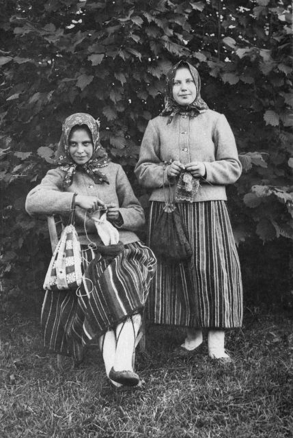 Eesti muuseumide veebivärav - Rahvarõivais Kihnu tüdrukud, kinnast ja sukka kudumas
