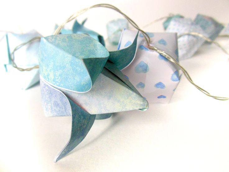 origami fleurs et cubes guirlande lumineuse aux motifs vari s tons bleus origami et cubes. Black Bedroom Furniture Sets. Home Design Ideas