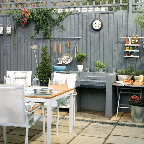Garden dining love the fence colour!