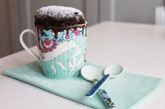 MUG CAKE AL CIOCCOLATO Ingredienti: 2,5 cuc. di farina; 2 di zucchero; 3 di cacao amaro in polvere; 3 di latte; 2 di olio; 1 uovo; 1 punta di vanillina; 1 punta di lievito per dolci. In una terrina mescolare gli ingredienti in polvere setacciati, poi aggiungere olio, uovo, latte e mescolare fino a formare un composto denso e omogeneo. Versare in una tazza spennellata con olio il composto e mettere a cuocere in forno per 4 minuti a 750 W. Sfornare e spolverare la superficie di zucchero a…