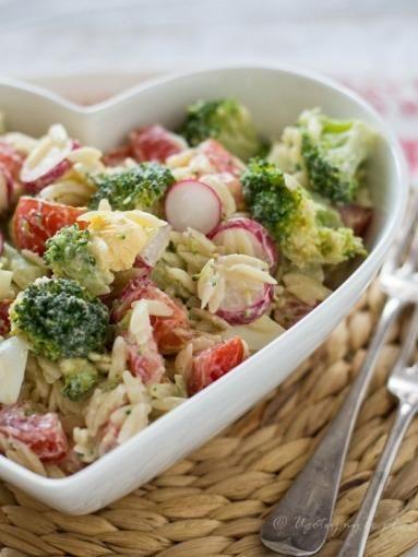 Zdjęcie - Sałatka makaronowa z brokułami - Przepisy kulinarne ze zdjęciami