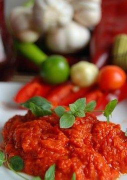 Özellikle Balkanlar'da, Rumeli coğrafyasında çok bilinen, sevilen bir sos türüdür ajvar. Patlıcan, kırmızı biber, domates, zeytinyağı ile hazırlanan bu...