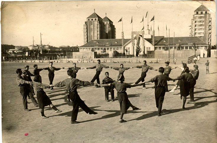 Танцы у павильона Центрального управления лесной промышленности в Парке Горького