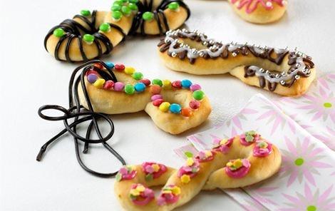 Maskerademaske. Fine små brød formet som masker og pyntet i forskellige farver. Det er sjovt til fastelavnsfesten.