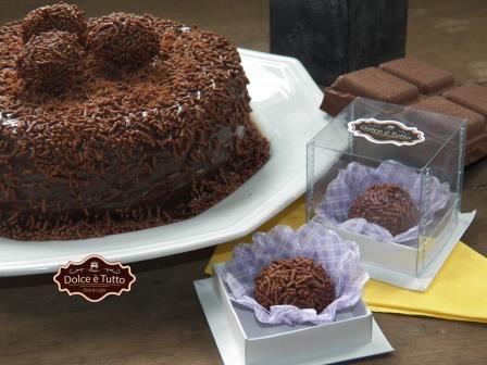 Delicioso bolo de chocolate, recheado e coberto  com creme de brigadeiro e chocolate granulado e tudo Diet e Light