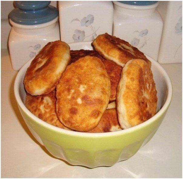 Быстрые пирожки с картошкой и мясом  Ингредиенты:  2 стакана сметаны (кефира, ряженки, простокваши) 2 яйца соль по вкусу немного сахара 1 чайная ложка без верха соды гашеной в 1 столовой ложке уксуса (если используете кефир или простоквашу – не гасить) мука – сколько возьмет тесто (тесто не забивать) Получается внушительная горка пирожков. Их можно разогревать в микроволновке или на сковороде, сбрызнутой маслом, под крышкой на медленном огне.  Начинка: Фарш (любое мясо) пережаренный с луком…